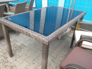 Stôl z prírodného ratanu